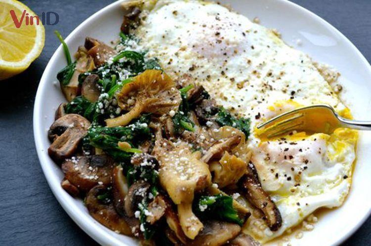 Trứng ốp la kèm nấm và rau bina