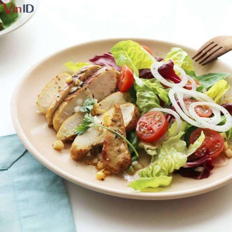 Ức gà nướng ăn kèm salad