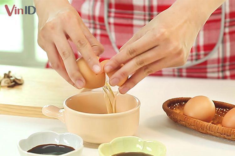 Đập trứng vào tô